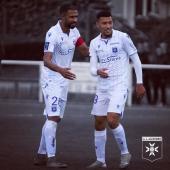 📸 De retour après quelques semaines d'absence, le capitaine Samuel #Souprayen félicite Yanis #Begraoui, buteur en fin d'opposition face à @berrichonne_de_chateauroux 🔵⚪️ Score final anecdotique de 2-2 pour ce match d'entraînement 👊🏽